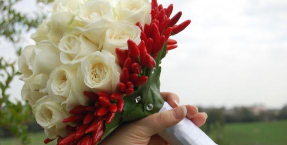 Bouquet di rose con peperoncini e una coda di steel grass