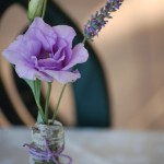 Bottiglie in vetro con corteccia e Lisianthus - Pepe Rosa Eventi