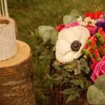 Allestimento con fiori e ciocchi di legno - Pepe Rosa Eventi