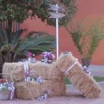Totem con balle di fieno e fiori - Pepe Rosa Eventi
