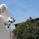 Silvia che entra in chiesa con in suo bouquet - Pepe Rosa Eventi